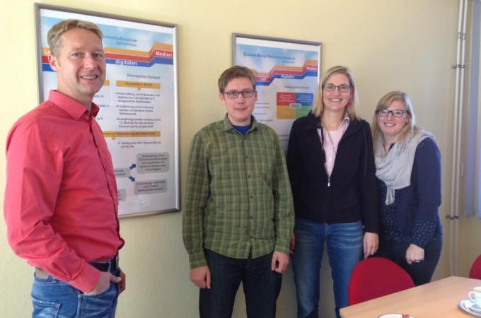v.l.: Schulleiter Torsten Hardt, Sven Krumbeck, Frau Thieß, Frau Nickel